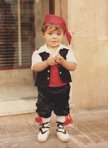 Uno de nosotros vistiendo traje tradicional con alpargatas valencianas.